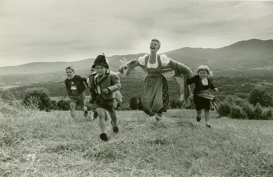 """<p>Мери Мартин (Мария Райнер) в рекламна снимка за """"Звукът на музиката"""" на посещение при баронеса Мария Августа фон Трап във Върмонт, 1959 г.</p>"""